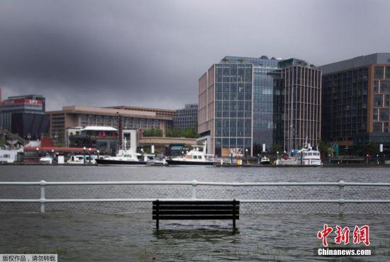 当地时间7月8日,美国华盛顿East Potomac公园,暴风雨导致河水水位暴涨,部分公园设施被淹。