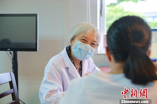 图为6月29日,欧阳惠卿在广州中医药大学第一附属医院内看诊。中新社发 苏嘉轩 摄