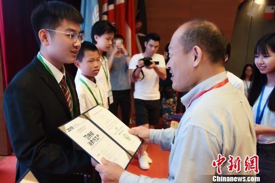 生态环境部宣教中心主任贾峰给陈柏安颁发证书 苏嘉轩 摄