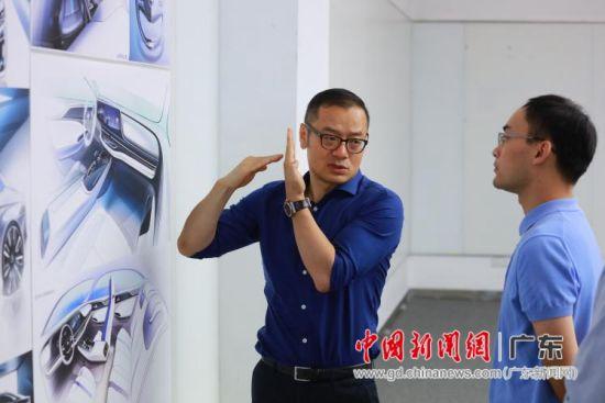 张帆与其团队讨论设计细节。苏嘉轩/摄