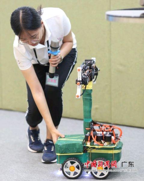 """参赛作品""""智能花园喷药浇水机器人""""。钟欣 摄"""