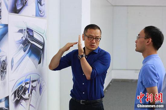 张帆与其团队讨论设计细节。 苏嘉轩 摄