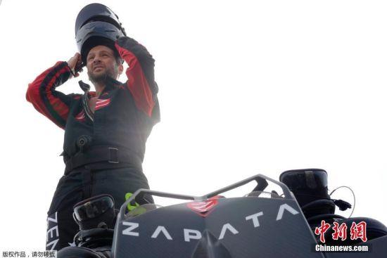 """当地时间7月24日,法国加莱圣英格利沃特机场,在法国国庆阅兵式上一飞成名的世界喷气滑雪冠军弗兰克・扎帕塔(Franky Zapata)打算""""驾驶""""令他名声大嗓的发明""""悬浮滑板""""穿越英吉利海峡,以庆祝英法首次飞行110年。他计划从法国桑加特穿越英吉利海峡前往多佛,但法国海警局对他的挑战计划持审慎态度。"""