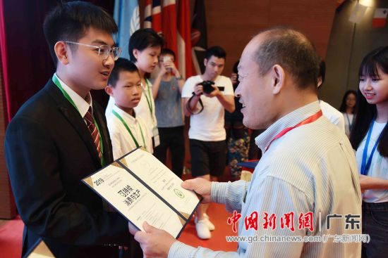 2019年广州・世界青少年环保交流大会,生态环境部宣传教育中心主任贾峰为陈柏安颁奖。苏嘉轩