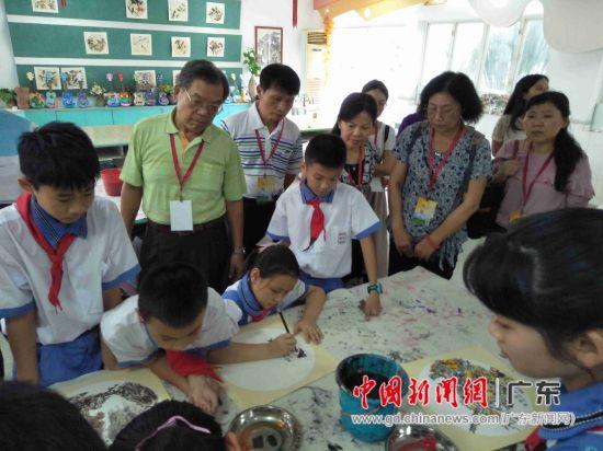 交流团观看学生习画。 陈志雄 摄
