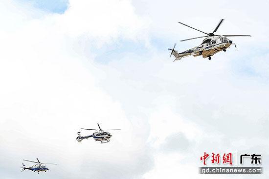 直升机合成编队。陈骥�F 摄