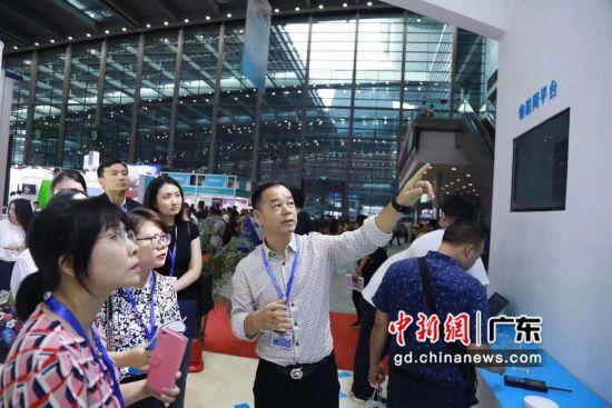 唯传科技CEO姚晓海向记者介绍其物联网技术和产品。主办方供图