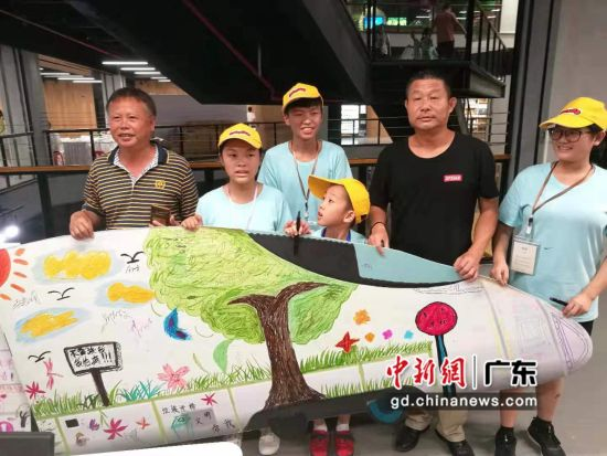 小朋友们邀请市民在小火车上签名。(摄影:郑小红)