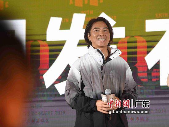 图为郑伊健现身广州出席发布会。