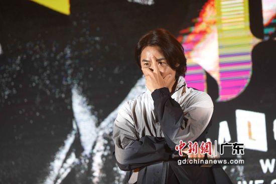 图为郑伊健在活动现场摆动作给粉丝们拍摄。