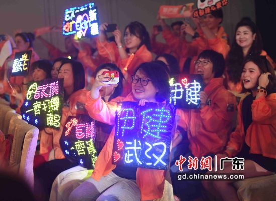 图为来自广州、武汉、天津等地粉丝到场助阵。