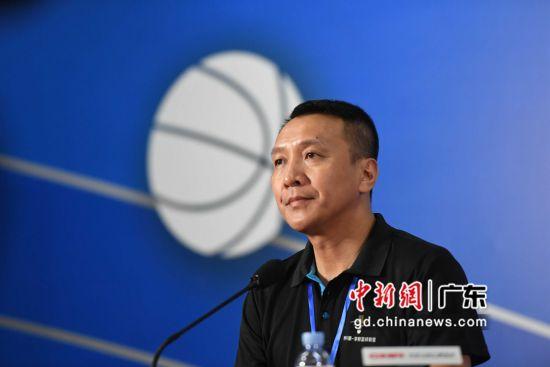 图为协办方的林书豪-李群篮球联盟联合创始人李群在发言。