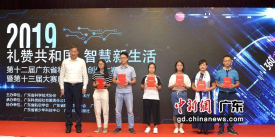 广东省科协党组书记郑庆顺向一等奖获奖者颁奖。 刘雷 摄