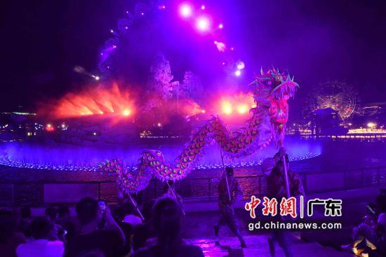 现场的表演充满了岭南元素和现代感。