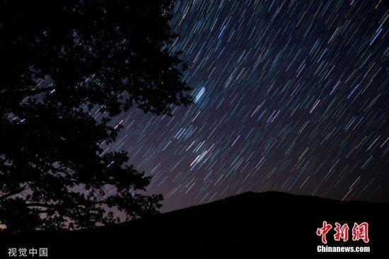 """当地时间2019年8月12日,多地能观测到英仙座流星雨,绚烂美丽。据中国科学院紫金山天文台12日消息,北半球三大流星雨之一、素有""""圣洛朗的眼泪""""之称的英仙座流星雨如约浪漫来袭,即将在13日迎来极大。届时,感兴趣的公众可静候许愿流星划过夜空的美丽画面。天文专家介绍,在每年的7月17日至8月24日,都有可能观测到英仙座流星雨的群内流星,今年的极大将出现在8月13日。图为当地时间2019年8月12日,俄罗斯克拉斯诺达尔市,当地英仙座流星雨来袭,绚烂美丽。 图片来源:视觉中国"""