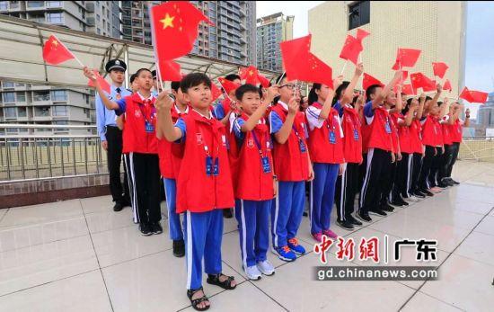 皇岗边检站举行纪念抗战胜利升旗仪式。(摄影:黄俊生)