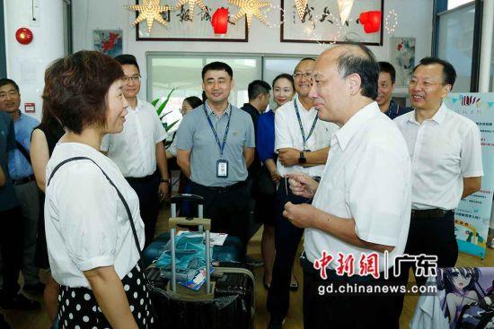 南科大校长陈十一(前右)与新生及其家长进行交流。(摄影:苏佳慧)