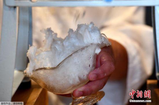 8月19日消息,日本东京一家美食店店长Koji Morinishi用东京地区生产的自然冰制作一款夏季甜品刨冰。