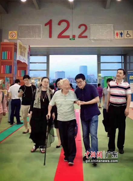 陈金章在李琰的搀扶下步入现场。 郑白翎 摄主
