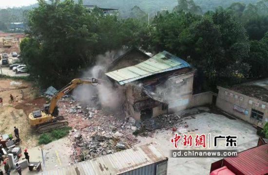 8月23日,广州市黄埔区城市管理综合执法局和新龙镇依法拆除贝客音涂料公司违法建设。李建均 摄