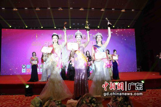 2019世界华裔小姐大赛全球总决赛暨颁奖典礼25日晚在穗举行,来自中国广州的佳丽杨思敏问鼎桂冠。李军摄影