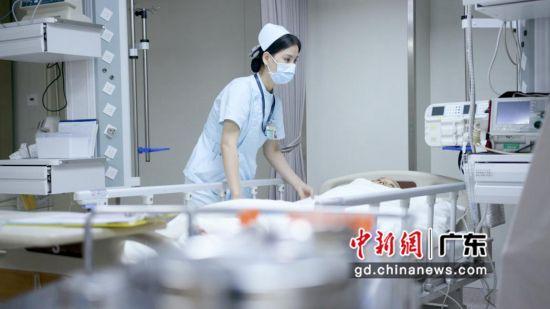 工作中的急诊科护士林华妹。作者:黄小敏