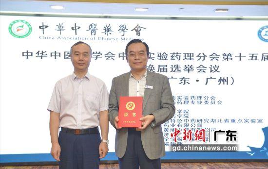 中华中医药学会副秘书长刘平给徐宏喜教授颁发分会主任委员证书。刘雷 摄