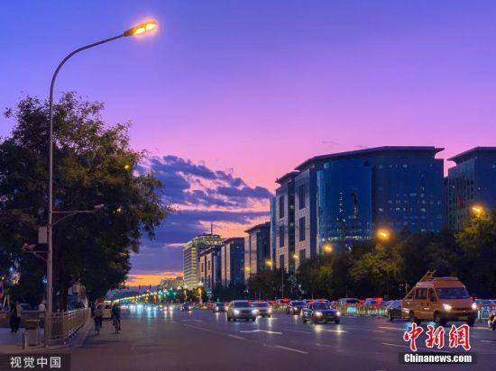 8月29日傍晚时分,北京出现粉色晚霞刷屏朋友圈。图为北京长安街附近拍摄的迷人晚霞。图片来源:视觉中国