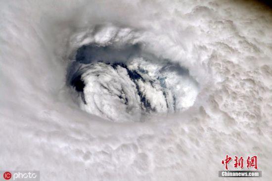 """当地时间2019年9月2日,NASA 宇航员从国际空间站视角捕捉到飓风""""多里安""""。飓风""""多里安""""9月1日深夜至2日凌晨登陆加勒比岛国巴哈马,随后缓慢向美国逼近。美国国家飓风研究中心测定,""""多里安""""是级别最高的五级飓风。红十字会与红新月会国际联合会说,这一飓风的最高风速达到每小时320公里。图片来源:IC photo"""