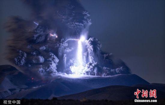 """9月4日讯,来自德国慕尼黑的55岁摄影师Martin Reitze在拍摄俄罗斯Ebeko火山喷发时,捕捉到闪电击中火山中心的罕见一幕。他当时站在离火山北部火山口大约一公里远的地方。这名火山专家说,""""图中显示的强烈闪电是一个非常罕见的例外,因为它比平常强烈得多。""""图片来源:视觉中国"""