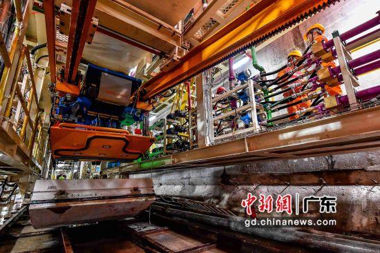 """9月5日,直径达8.8 米的""""铁兵39号""""盾构机从广州地铁十八号线左线隧道始发掘进,这也是广州地铁史上首次面临盾构机长距离小半径穿越珠江的挑战。"""