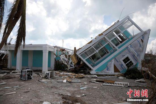 """9月8日消息,据法新社报道,日前巴哈马遭飓风""""多里安""""侵袭,造成的死亡人数已上升至43人。图为一所民居被吹翻。"""