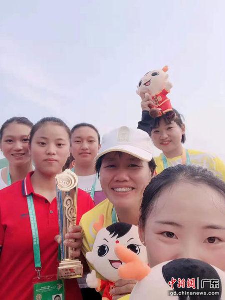 """5大民族""""混编""""成""""冠军队"""" 广东女子龙舟队演"""