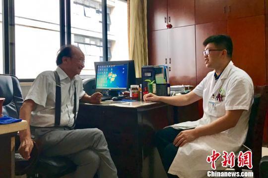 陈镜合(左) 韦杰夫 摄