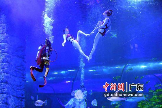 《哪吒闹海》借助了家喻户晓的主人公形象,也包含了水下芭蕾、人鱼表演等。