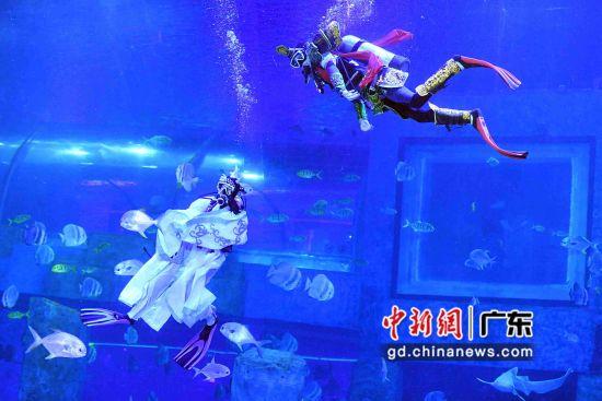《哪吒闹海》演员在水下演绎角色。