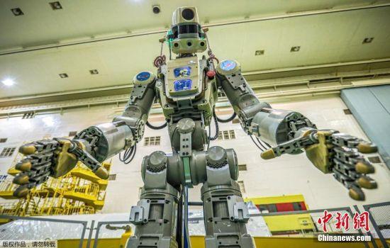 """当地时间2019年9月17日,据俄罗斯卫星网报道,俄罗斯能源火箭航天集团代表马利霍夫在与国际空间站宇航员通话时表示,机器人""""费奥多尔""""在返回地球后无法启动。""""联盟MS-14""""号飞船携载""""费奥多尔""""于8月22日从拜科努尔航天发射场升空,5天后与国际空间站成功对接。8月30日、31日和9月1日,宇航员阿列克谢?奥夫齐宁和亚历山大?斯克沃尔佐夫对机器人进行了试验。9月6日,""""联盟MS-14""""号飞船脱离国际空间站,并于9月7日在哈萨克斯坦着陆,太空机器人同船返回地球。图为当地时间2019年7月26日,哈萨克斯坦,首个宇航用途的人形机器人Skybot F-850,该机器人身高超1.8米,重163公斤,不仅能开车、做俯卧撑和双枪快速射击等。"""