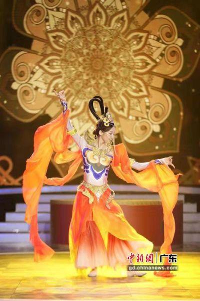一名学员在2019珠江形象大使毕业礼上表演中国古典舞。龚雪 摄
