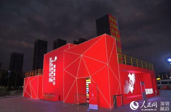 夜色下的快闪店,为城市增添了一抹红色。 胡苇杭 摄