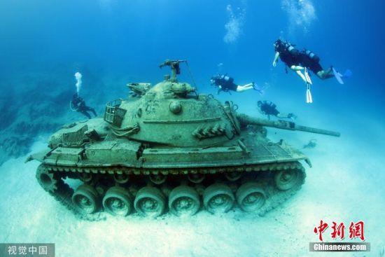 当地时间9月22日,土耳其安塔利亚,潜水员在地中海沿岸一海滨度假胜地潜水,探索被安放在水下20米深处的1960年产旧坦克。图片来源:视觉中国