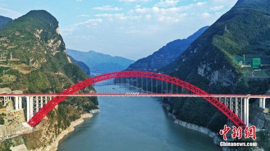 9月27日,世界最大跨度钢箱桁架推力式拱桥――秭归长江大桥正式通车。该桥桥身全长883.2米,主跨531.2米,跨度全球第一,净空高度亚洲第一。该桥是三峡后续规划项目和库区移民重大民生工程,其顺利通车让湖北秭归县结束了跨长江及香溪河两岸通行艰难的历史,实现了长江三峡、神农架、武当山三大景点的互联互通,将加速推进大三峡旅游发展和区域经济高质量发展。图为9月26日拍摄的秭归长江大桥。中新社发 周星亮 摄