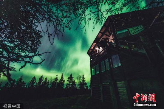 """当地时间9月27日,芬兰伊瓦洛当地上空出现唯美北极光,宛如""""绿光森林""""。图片来源:视觉中国"""
