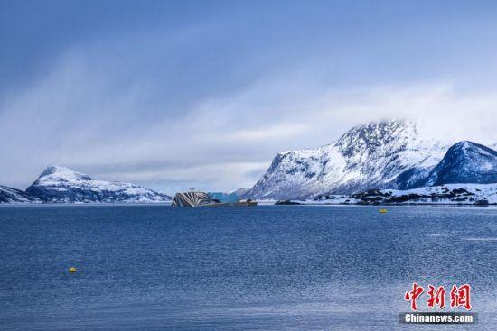 """10月10日消息,北极超级游艇""""Fata Morgana""""被设计成看起来像一座冰山,并完美地融入了当地的冰天雪地。这座70米高的奇特的""""Fata Morgana""""有一个类似于岩层的船首,和一个模拟巨大冰结构的船尾。图片来源:视觉中国"""