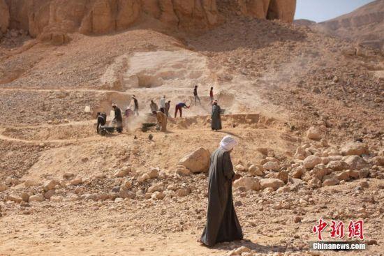 当地时间10月10日,工人们在埃及卢克索的猴子谷出土一个古代遗址。据外媒报道,埃及在卢克索的猴子谷出土了一个拥有3500年历史的工业区,以及一批手工艺品。据相关部门消息,该工业区可追溯到新王国的第18个王朝,大约在公元前1543�C1292年。
