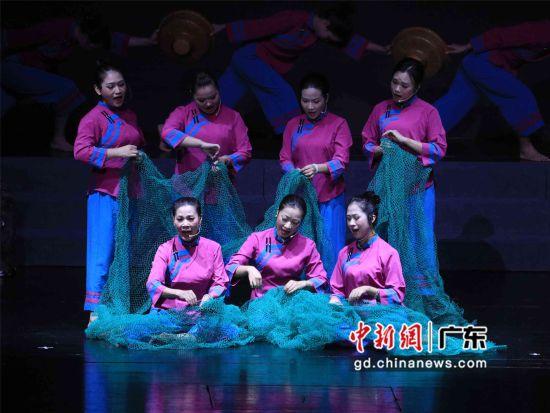 """图为""""我和我的祖国""""――2019年惠州市惠东渔歌专场晚会的演唱现场。叶衍达摄影"""
