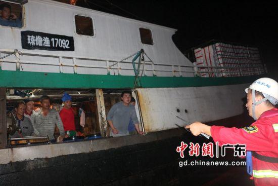 广东汕尾一琼籍渔船遇险 12名渔民获救。向明摄影