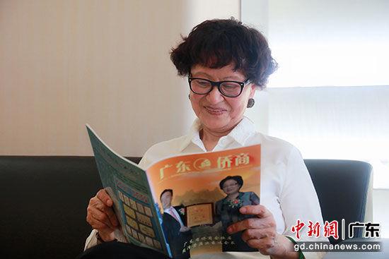 陈建心经常会翻阅内地出版的杂志。 摄影:苏嘉轩