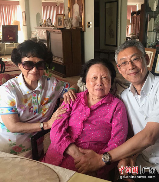 陈建心母子与陈香梅女士(中)合影。