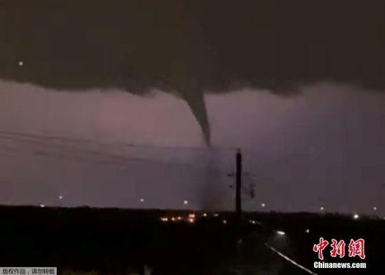 当地时间10月20日,美国得克萨斯州北达拉斯出现龙卷风。(视频截图)