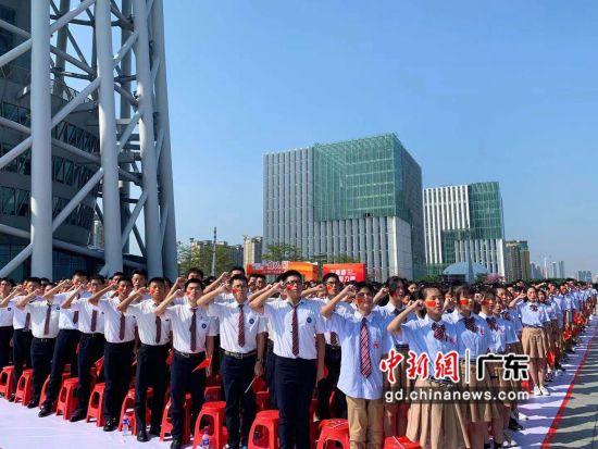 1100多名18岁青年在广州塔下宣誓成人。王坚摄影